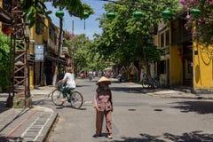 Vietnamesische Frau, die in die Straße geht Stockfotografie