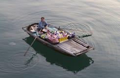 Vietnamesische Frau im Halong Schacht lizenzfreies stockfoto