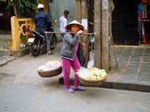 Vietnamesische Frau mit traditionellem Joch Hoi, Vietnam Lizenzfreie Stockfotografie