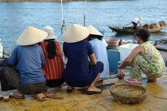 Vietnamesische Frauen am Hafen Lizenzfreie Stockfotos