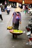 Vietnamesische FrauenStraßenhändler Hanoi Stockfotografie