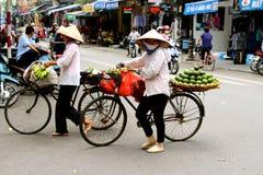 Vietnamesische FrauenStraßenhändler Hanoi Lizenzfreie Stockfotos