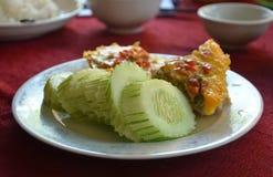 Vietnamesische Küche dämpfte das Ei, das mit würzigem gehacktem Schweinefleischsalat geschmückt wurde Lizenzfreie Stockbilder
