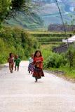 Vietnamesische Kinder, die mit Freude laufen Stockbilder
