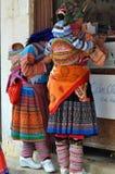 Vietnamesische Leute, die traditionelles Kostüm in Bac Ha-Markt tragen, Lizenzfreie Stockfotografie