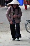 Vietnamesische Leute, die traditionelles Kostüm in Bac Ha-Markt tragen, Lizenzfreie Stockfotos