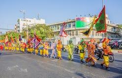 Vietnamesische Leute im Drachen tanzen Truppen an der Feier neuen Jahres Tet nahe Pagode Ba Thien Hau Stockbild