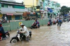 Vietnamesische Leute, Straße des überschwemmten Wassers Stockbild