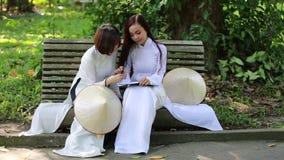 Vietnamesische Mädchen, die konischen Hut und AO Dai (vietnamesisches traditionelles Kostüm oder langes, tragen Kleid) stock video