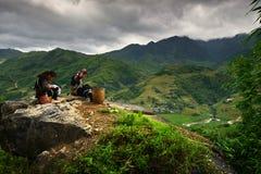 Vietnamesische Mädchen im traditionellen Kleid Lizenzfreie Stockfotos