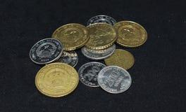 Vietnamesische Münzen auf schwarzem Hintergrund stockbild
