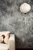 Vietnamesische oder chinesische weiße Laterne, über konkretem Hintergrund des Weinleseschmutzes mit Sofa und vietnamesischem Wein lizenzfreie stockfotografie