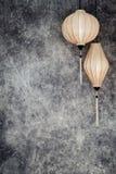 Vietnamesische oder chinesische weiße Laternen, spheric und oval über konkretem Hintergrund des Weinleseschmutzes mit Kopienraum  stock abbildung