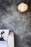 Vietnamesische oder chinesische weiße spheric Laterne über konkretem Hintergrund des Weinleseschmutzes mit Sofa und vietnamesisch lizenzfreies stockfoto