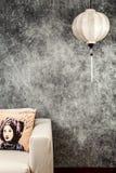 Vietnamesische oder chinesische wei?e Laterne, ?ber konkretem Hintergrund des Weinleseschmutzes mit Sofa und vietnamesischem Wein lizenzfreie stockfotografie