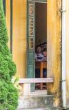 Vietnamesische Schulkinder, die vom Klassenzimmer spähen Lizenzfreies Stockfoto