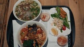 Vietnamesische Suppe Pho BO mit Rindfleisch und Essstäbchen auf männlichen Hand-cousine Asiaten stock video