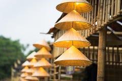 Vietnamesische traditionelle konische Hüte, die am Draht für Dekoration hängen lizenzfreie stockfotos
