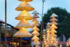 Vietnamesische traditionelle konische Hüte, die am Draht für Dekoration hängen stockfoto