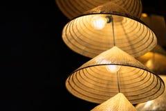 Vietnamesische traditionelle konische Hüte, die am Draht für Dekoration hängen lizenzfreie stockfotografie