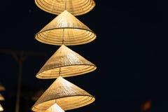 Vietnamesische traditionelle konische Hüte, die am Draht für Dekoration hängen lizenzfreies stockbild