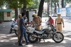 Vietnamesische Verkehrspolizisten bei der Arbeit Lizenzfreie Stockfotos