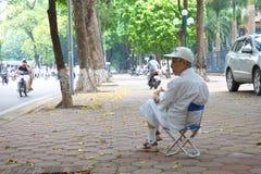 Vietnamesischer alter Kerl saß auf dem Stuhl Allein mit dem Baum Lizenzfreies Stockfoto