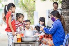 Vietnamesischer Lebensmittelverkäufer auf lokalem Markt Lizenzfreie Stockfotos