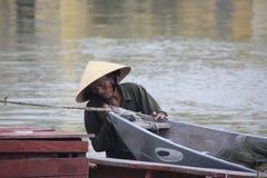 Vietnamesischer Mann mit traditionellem Boot Lizenzfreie Stockfotografie