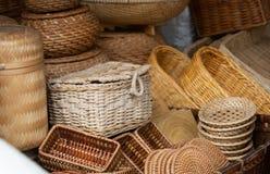 Vietnamesischer Markt-Verkäufer - gesponnene Körbe für Verkauf Stockfoto