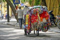 Vietnamesischer Straßenhändler in Hanoi lizenzfreie stockfotografie
