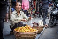 Vietnamesischer Straßenobstverkäufer Stockbild