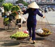 Vietnamesischer Straßenhändler in Hanoi Stockbilder