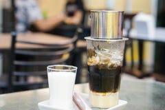 Vietnamesischer Tropfenfänger-Kaffee mit Milch lizenzfreie stockfotos