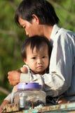 Vietnamesischer Vater und kleine Tochter Lizenzfreies Stockfoto