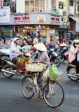 Vietnamesischer Verkäufer, der Lebensmittel auf den Straßen verkauft Lizenzfreie Stockfotografie