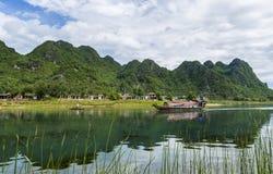 Vietnamesisches Boot auf Fluss Lizenzfreie Stockfotos