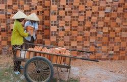Vietnamesisches Frauenarbeiten Lizenzfreie Stockfotos