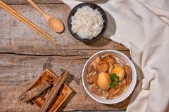 Vietnamesisches karamellisiertes Schweinefleisch mit den hart gekochten Eiern gedünstet im coc stockbild