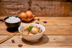 Vietnamesisches karamellisiertes Schweinefleisch mit den hart gekochten Eiern gedünstet im coc stockbilder
