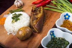 VIETNAMESISCHES LEBENSMITTEL - Bruchreis Vietnamese: COM Tam mit gegrilltem Schweinefleisch, Spiegelei, Schweinefleischhackbraten Stockfotografie