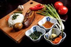 VIETNAMESISCHES LEBENSMITTEL - Bruchreis Vietnamese: COM Tam mit gegrilltem Schweinefleisch, Spiegelei, Schweinefleischhackbraten Lizenzfreies Stockbild