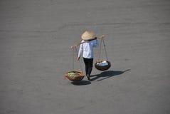 Vietnamesisches Mädchen, welches die Straße kreuzt Lizenzfreie Stockfotos