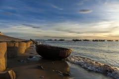 Vietnamesisches rundes Boot auf Strand Stockfoto