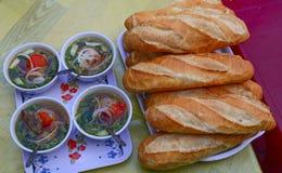 Vietnamesisches Stangenbrot mit Schweinefleisch und Soße lizenzfreies stockfoto