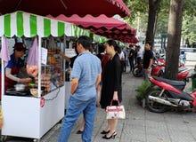 Vietnamesisches Straßenlebensmittel auf Lebensmittelwarenkorb stockfoto