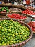 Vietnamesisches Straßenmarkt, das Kalke und heiße rote Pfeffer verkauft Stockfotografie