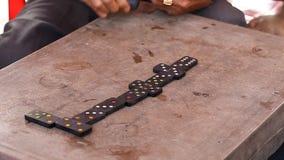 Vietnamesisk förälskelse för dobbleri att spela domino stock video