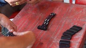 Vietnamesisk förälskelse för dobbleri att spela domino arkivfilmer