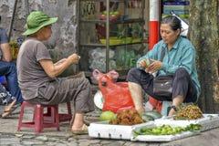 Vietnamesisk försäljningskvinna i Hanoi Royaltyfri Fotografi